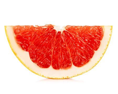 Grapefruit segment geïsoleerd op een witte achtergrond.