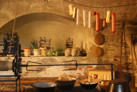 Mittelalterliche Küche mit Kamin Standard-Bild - 34344762