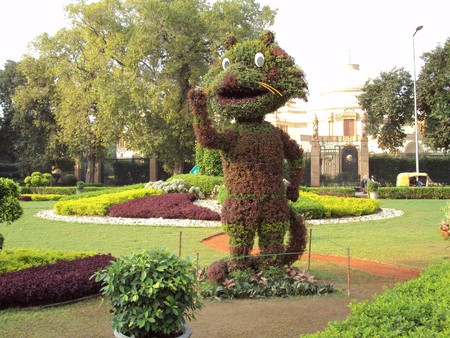 commonwealth: Topiary Shera At The India Gate Circle For The Promotion Of The Commonwealth Games 2010