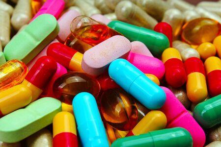 医療やビタミンの丸薬。テクスチャとしてカラフルな薬。ピル パターン背景。 写真素材