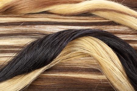 Trame européenne de cheveux pour extension de cheveux. Modèle closeup texture cheveux blonds bruns. Banque d'images