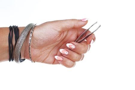 Pinzette della tenuta della mano della donna sul fondo bianco isolato del ritaglio. Foto in studio con illuminazione da studio facile da usare per ogni concetto. Archivio Fotografico - 94913091