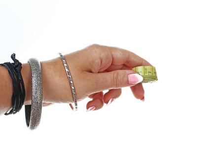 Fondo del ritaglio di hite di misura di nastro della tenuta della mano della donna. Foto di studio con illuminazione da studio facile da usare per ogni concetto .. Archivio Fotografico - 94995717