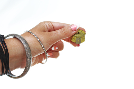 Fondo del ritaglio di hite di misura di nastro della tenuta della mano della donna. Foto di studio con illuminazione da studio facile da usare per ogni concetto .. Archivio Fotografico - 94995626
