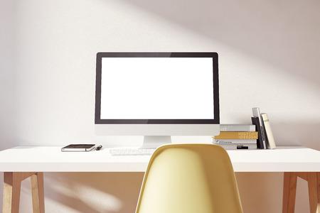ordinateur bureau: l'ordinateur est sur la table dans un intérieur lumineux