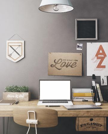 trabajando en casa: Espacio de trabajo con estilo con la computadora y carteles en el hogar o estudio