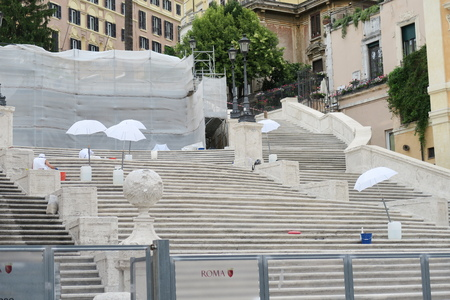 spagna: Rome, Italy 17 June 2016. Stuff working the restoration of the Spanish Steps. The restoration of the famous Steps at Piazza di Spagna is estimated to cost 1.5 million euros.