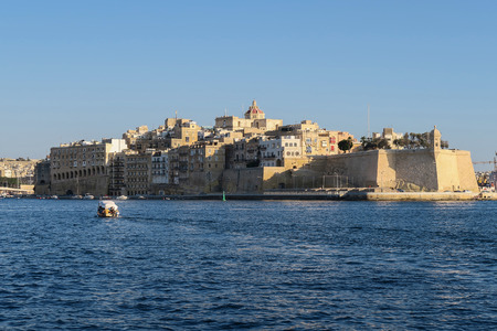 sain: Malta, Fort Sain Angelo at Three Cities. Grand Harbour sea view from Valletta. The Three Cities are Birgu, Senglea and Conspicua. The fort is on the list of UNESCO World Heritage Sites.
