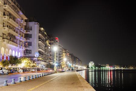 Thessaloniki, Griechenland Nachtansicht des Weißen Turms und der umliegenden Uferpromenade. Das Wahrzeichen der Stadt von Weihnachten 2018 beleuchteten alten Ufergegend gesehen.