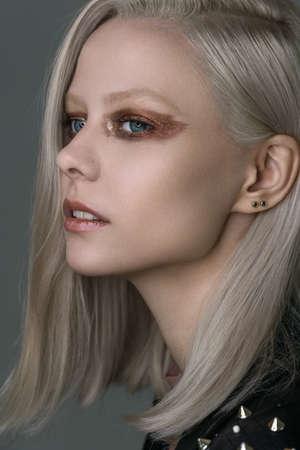 Beautiful platinum blonde with bright bronze eye makeup. Imagens