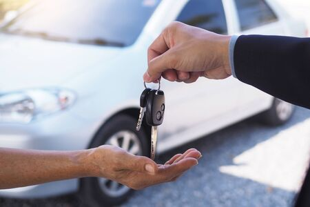 The car salesman and the key to the new owner. Stock fotó - 137897167