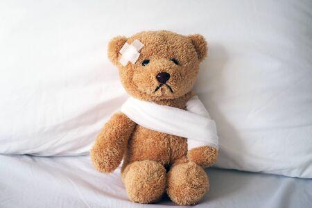 Ours en peluche et bandage. Notion de blessure Banque d'images