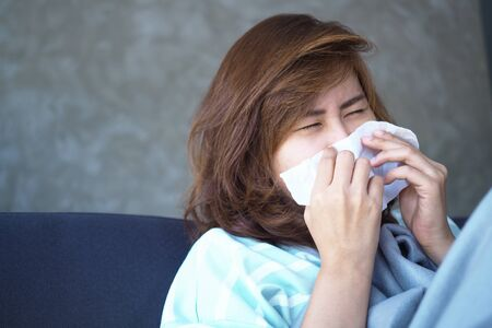 Asian women have high fever and runny nose. Foto de archivo