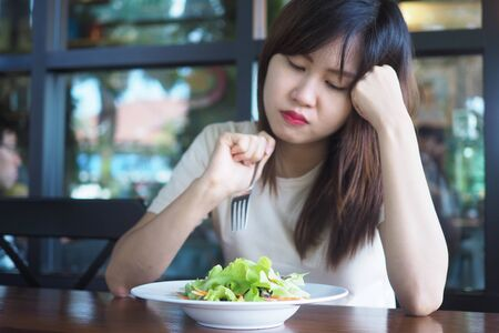 Women look at vegetable salads bored when it's time to lose weight.