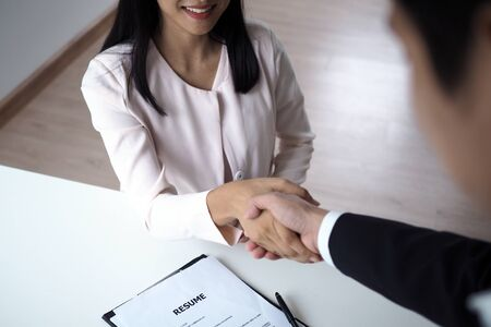 Successful job interview. Executives are willing to accept applicants to work, hand in hand between executives and new employees. Foto de archivo - 142075348