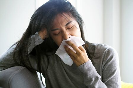 Asian women have high fever and runny nose. sick people concept Foto de archivo - 141480559