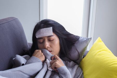 Asian women have high fever and runny nose. sick people concept Foto de archivo - 141480424