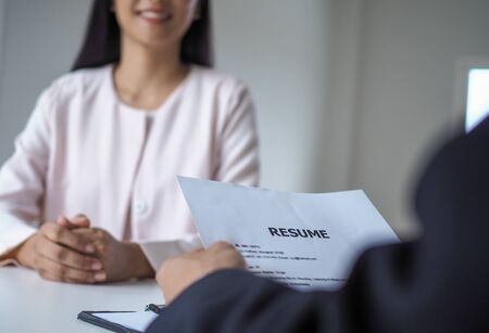 Executives are interviewing candidates. Focusing on resume writing tips, applicant qualifications, interview skills and pre-interview preparation. Considerations for new employees Foto de archivo - 141219757