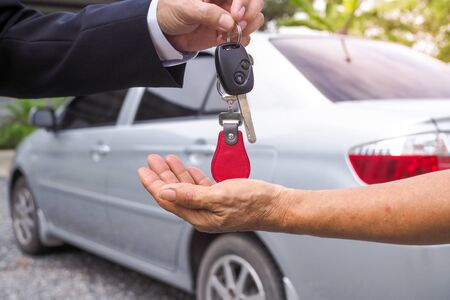 Agency sent car keys to tenants for travel purposes. Buy and sell car insurance Foto de archivo - 141219718