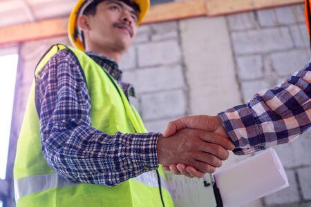 Hand in hand between project contractors and customers Foto de archivo