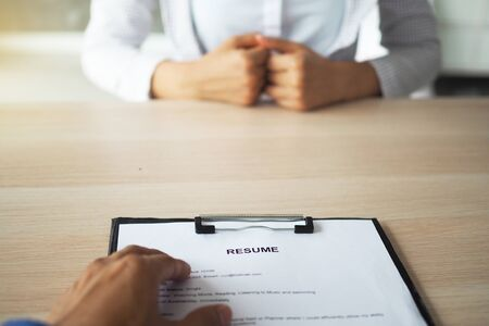 Executives are interviewing. Focus on resume writing tips, candidate qualifications, skills to answer questions, and preparation before interview. To consider the decision to accept employees.