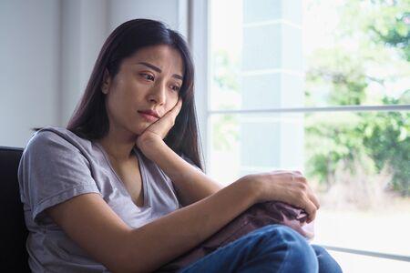 Asiatische Frauen mit psychischen Erkrankungen, Angstzuständen, Halluzinationen, psychischen Stürzen