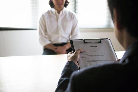 Los ejecutivos están entrevistando. Concéntrese en los consejos para redactar un currículum vitae, las calificaciones de los candidatos, las habilidades para responder preguntas y la preparación antes de la entrevista. Considerar la decisión de aceptar empleados.