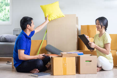 A happy young couple is moving to a new home. Stockfoto