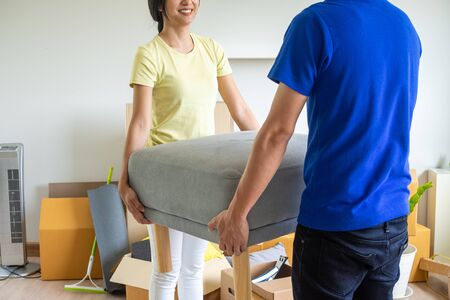 Couples moving chairs to arrange new houses. moving days Imagens
