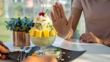 Women take care of health and control food, pushing Bingsu dishes. Refusing to eat all kinds of desserts Avoid sugar and sweets for good health. Standard-Bild
