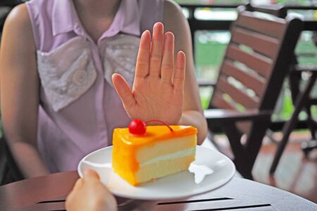 The women are losing weight. Choose not to get a plate of cake that friends send.