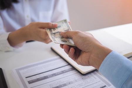 Business loans from bank employees. Loan agreement Financial concept Standard-Bild