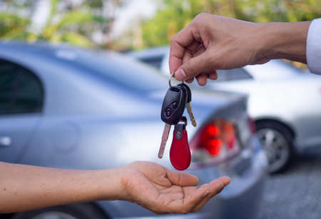 Sales agencies are selling cars and giving keys to new owners. sell car or rental car Archivio Fotografico