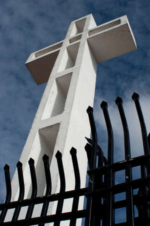 puertas de hierro: mirando las Mt Soledad Veterans cruzar. cielo azul y las puertas de hierro negro.