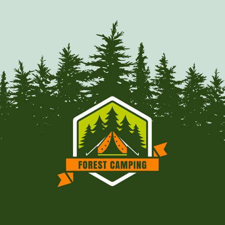 campamento: bosque camping emblema logo o etiqueta en el fondo con el bosque de abetos verdes. Diseño de concepto para viajes de verano, el turismo y la actividad al aire libre. Ilustración del vector de campaña en bosque de pino.