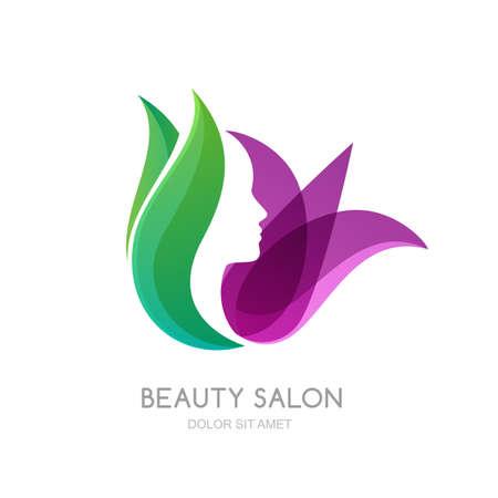 volto femminile su foglie verdi e lo sfondo fiori di giglio. Vector, etichetta, elementi di design emblema. profilo delle donne e fiore di tulipano. Concetto per salone di bellezza, massaggi, estetica e spa.