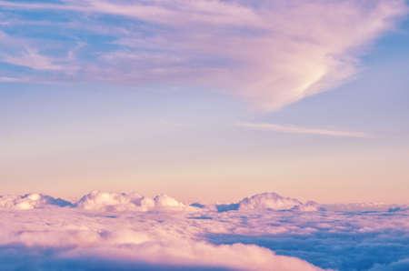 Sfondo astratto con rosa, viola e blu nuvole di colori. Cielo tramonto sopra le nuvole. Sfondo fantasy fantasia in morbidi colori pastello.