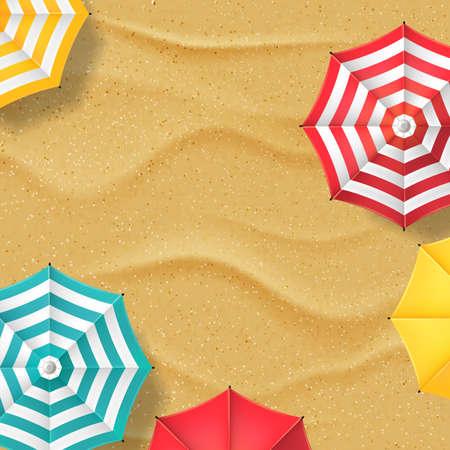 Vector l'illustrazione della spiaggia di sabbia gialla e degli ombrelli a strisce multicolori. Fondo dell'insegna dell'estratto di vacanze estive di vista superiore con il posto per testo Vettoriali