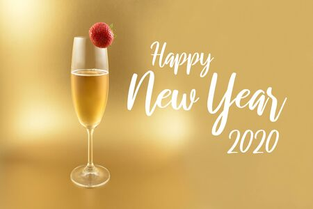 Happy New Year 2017 images. Glass with champagne on a golden background. Festive golden background. New Year toast. Champagne with strawberry. Happy New Year 2017 Sign Фото со стока - 132487749