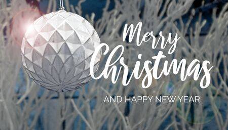 Christmas greeting card. Merry Christmas and Happy New Year sign. Festive white background. White Christmas greeting card. White Christmas ball Фото со стока - 135241526