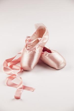 zapatillas de ballet: Zapatillas de ballet de color rosa sobre fondo blanco.