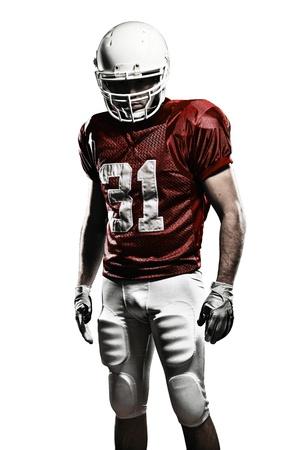 casco rojo: Jugador de fútbol con un uniforme rojo sobre un fondo blanco.