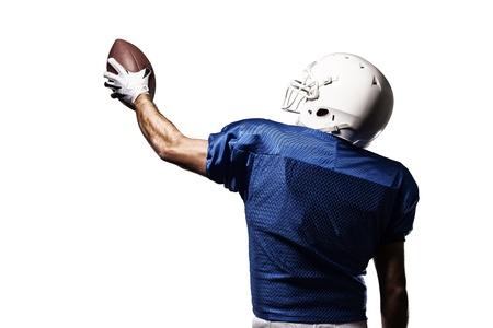 jugador de futbol: Jugador de f�tbol con un uniforme azul de la celebraci�n en un fondo blanco.