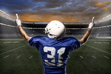 fuball spieler: Fu�ball-Spieler mit einer blauen Uniform feiert mit den Fans. Lizenzfreie Bilder
