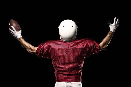 jugador de futbol: Jugador de f�tbol con un uniforme rojo de la celebraci�n en un fondo Negro.
