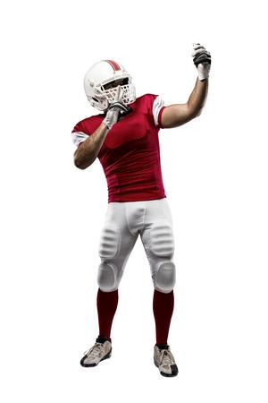 futbolista: Jugador de fútbol con un uniforme rojo haciendo una Autofoto sobre un fondo blanco.