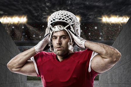 uniforme de futbol: Jugador de f�tbol con un uniforme rojo en un t�nel del estadio.