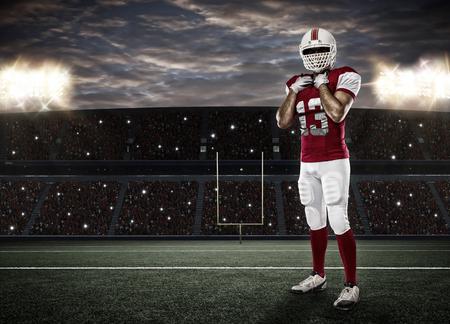 uniforme de futbol: Jugador de f�tbol con un uniforme rojo en un estadio. Foto de archivo