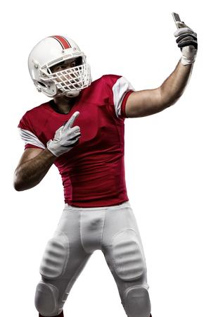 jugador de futbol: Jugador de f�tbol con un uniforme rojo haciendo una Autofoto sobre un fondo blanco.