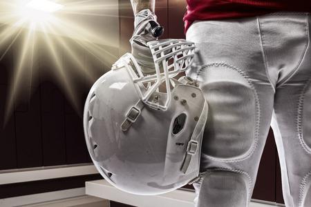jugador de futbol: Jugador de f�tbol con un uniforme rojo en un Roon Locker.
